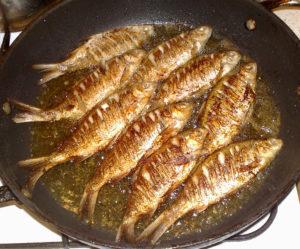 Как жарить мелкую речную рыбу на сковороде