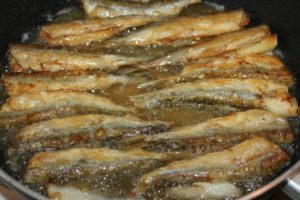 Как пожарить мелкую морскую рыбу на сковороде