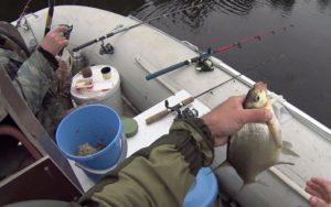 Рыбалка с лодки на течении