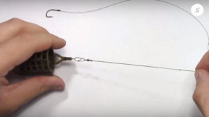 Как завязать на леску кормушку и крючок
