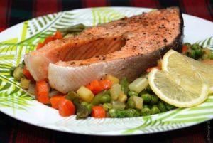Как тушить красную рыбу