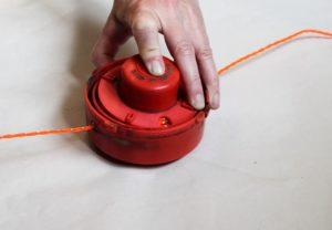 Как заправить леску в триммерную катушку видео для новичков