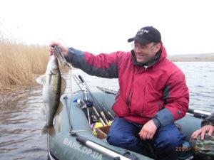 Хитрости при ловле судака летом с резиновой лодки