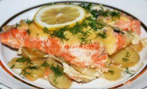Рыба под сметаной в духовке с картошкой