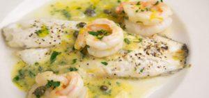 Морской окунь в сметанном соусе на сковороде