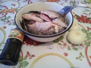 Как устранить запах речной рыбы перед жаркой